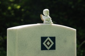 HSV-Grabstein auf dem Friedhof nahe der Arena.